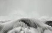 Aan de voet van de waterval