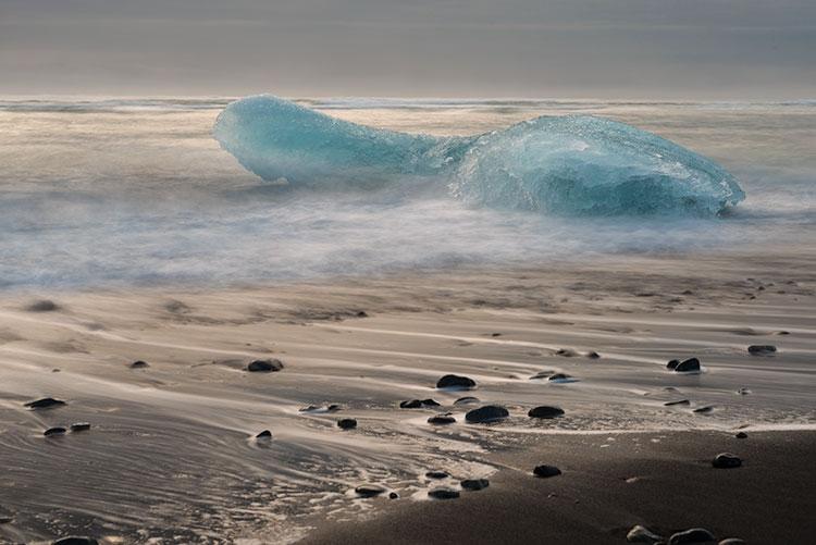 Aan het strand bij het ijsbergenmeer