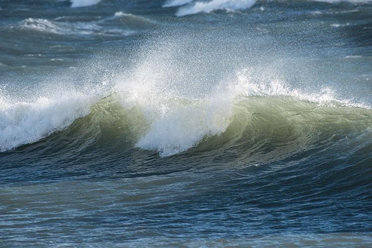 Woeste golven beuken op de kust