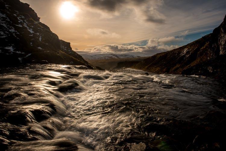 Een waterig zonnetje schijnt over de waterval